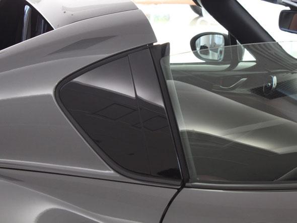 ロードスターRFのリアクオーターパネルに採用されている無塗装バイオエンプラ。塗装の柚子肌と比べれば平滑性は歴然。従来のピアノブラック塗装と仕上げ見比べても、区別が付かないほどの高い質感だ