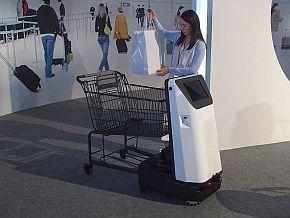 追従走行カートロボの買い物用カートに荷物を置く