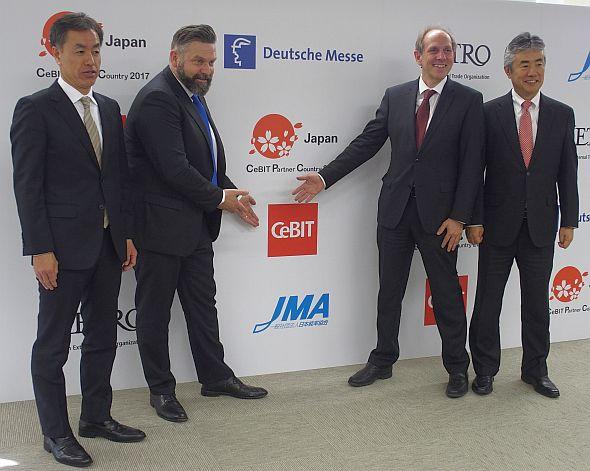 左から日本能率協会 理事長の吉田正氏、ドイツメッセのハートヴィッヒ・フォン・ザース氏、ドイツ大使館 臨時代理大使のシュテファン・グラープヘア氏、JETROの眞銅竜日郎氏