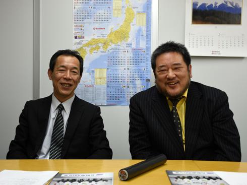 急速充電コードを前にして。 写真左からCHAdeMO協議会の丸田理氏と、同事務局長の吉田誠氏