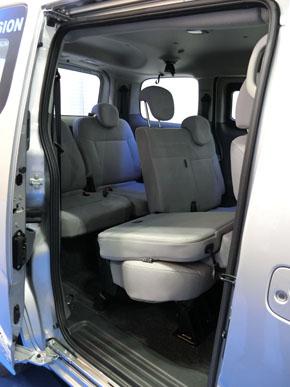 サイズが大きい水素貯蔵タンクを追加しているが室内はベース車両とほとんど変わらないという