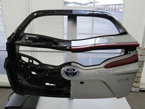 量販車種にもCFRPが使われ始めた。写真はトヨタ自動車「プリウスPHV」のバックドア
