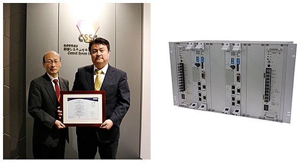 """制御システムセキュリティセンター(CSSC)で行われた認証書授与式(左)と、認証を取得した「ユニファイドコントローラ nvシリーズ""""type2""""」(右)"""