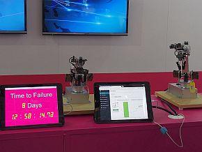 ミニチュアの6軸ロボットを使った「産業用ロボットアーム モーター故障予兆ソリューション」のデモ