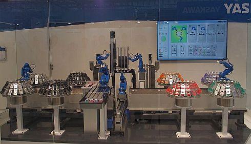 安川電機が「CeBIT 2017」で展示したミニカーの組み立てライン