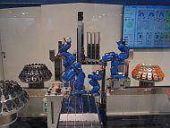 6台の産業用ロボットが超速でミニカーの組み立てを始める