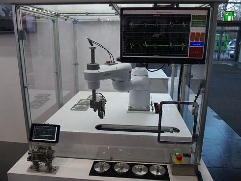 エナジーフローセンサーを組み込んだ6軸ロボット
