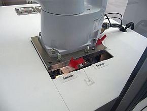 6軸ロボットの基部にエナジーフローセンサーを2個組み込んでいる