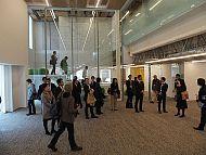 「INIAD Hub1」の1階入り口のホール