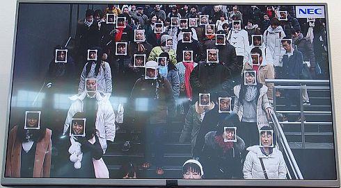 動画の中にある50〜60人の顔を一度に検出するイメージ
