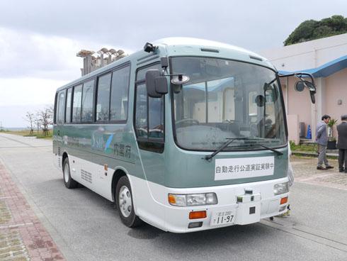 自動運転の実験車両は、日野自動車の小型バス「リエッセ」を改造したもの。沖縄県南部の南城市の「あざまサンサンビーチ」近くに設定されたコースを最高時速30kmで走行した。先進モビリティが自動運転技術の開発を担当し、SBドライブが遠隔運行管理システムの構築を進めている