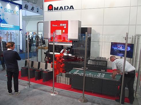 アマダホールディングスの全自動金属曲げ加工システムの実働展示