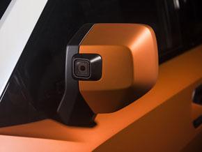 サイドミラーにカメラ。運転支援ではなく遊びの様子を撮影するため
