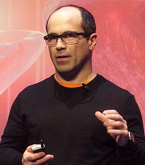 「インテル AI Day」で講演するアミール・コスロシャヒ氏