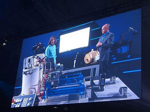 「CytroPac」の隣で動作する装置の奥には、ABBのロボットが見えている