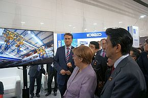 「CeBIT 2017」の神戸製鋼所ブースを視察する両首脳