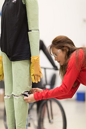 CSRCで開発された、人体のレーダー反射特性を考慮した歩行者回避支援PCS用のテストダミー