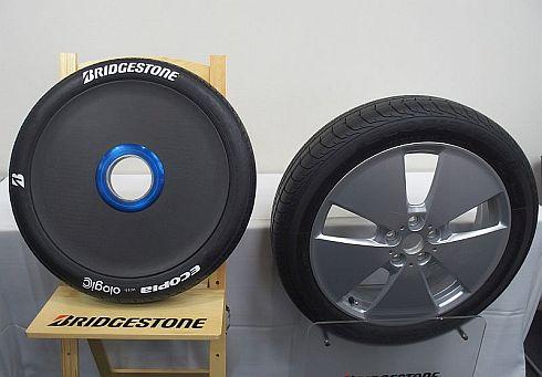 開発したソーラーカー用タイヤ(左)と「BMW i3」の「ECOPIA with ologic」(右)