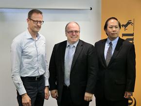 写真左からコンチネンタル インフォテインメント&コネクティビティーでバイスプレジデントを務めるラース・シュルタイス氏、ヨハン・ヒーブル氏、テレマティクスシステムズ エンジニアリングマネジャーのロバート・ジィ氏