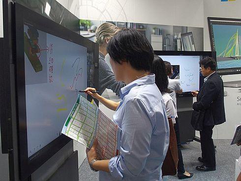 「Surface Hub」の55インチモデルを2台並べてデモンストレーションを披露した