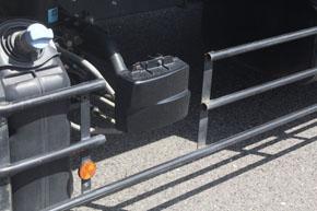 シャーシ左側面に装備された「アクティブ・サイドガード・アシスト」のミリ波レーダー。120度の範囲で検知できる。角度を前後にずらして組み合せている