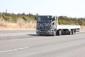 高速周回路を走行する新型スーパーグレート。総重量25トンの状態でも時速90kmのクルージングは余裕を感じさせた
