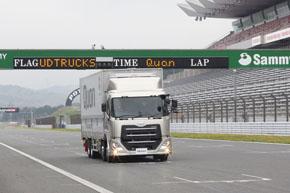 富士スピードウェイのメインストレートを疾走するUDトラックス「クオン」の新モデル。ストレートではACCを使い、時速90kmでの巡航や設定変更による加減速も試せた