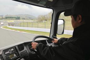 ステアリングを握るのは筆者。大型トラックでサーキットを走るのは、もちろんこれが初めてのことだ