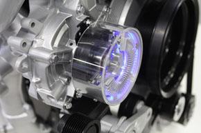 ウオーターポンプに可変機構を組み込み、2段階の回転速度切り替え式に。水温が低く安定している時には駆動抵抗を減らす。電動ポンプはコストの問題で採用を見送ったようだ