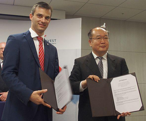 覚書を交わすチェコインベストのカレル・クチェラ氏(左)とRRI事務局長の久保智彰氏(右)