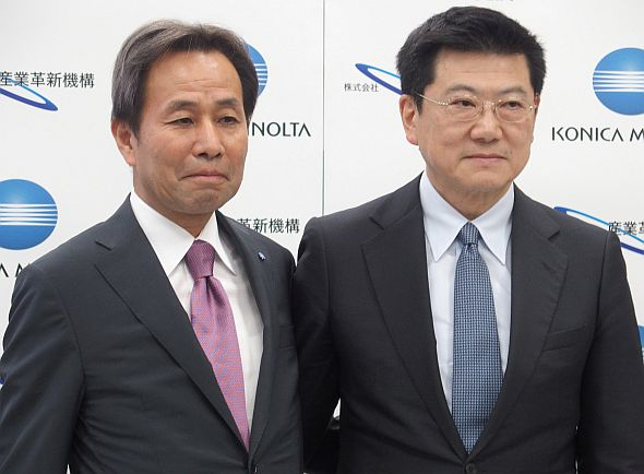 コニカミノルタの山名昌衛氏(左)と産業革新機構の勝又幹英氏(右)