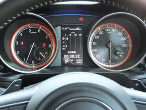 シンプルで見やすいスポーティーな2眼メーター。中央にディスプレイを配置し、燃費や出力、走行Gなどを表示できる