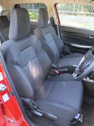 先代モデルでも好評だったフロントシートはさらに進化。形状を最適化するとともに表面の当たりが柔らかな素材に変更した