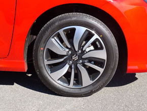 クラスを超えた大径サイズのタイヤもスイフトの伝統。ベースグレード「XG」には15インチ、それ以外は16インチを装着する