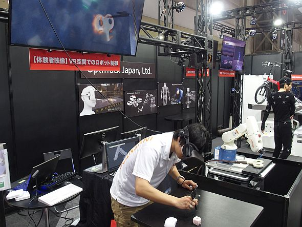 オプティトラック・ジャパンが「DMS2017」で披露した「VR空間でのロボット制御」のデモ