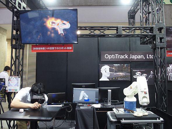 デモを正面から見ると、中央のディスプレイに産業用ロボットのCGモデルがある
