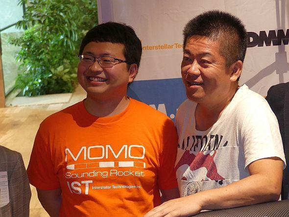 インターステラテクノロジズ社長の稲川貴大氏(左)と同社取締役の堀江貴文氏(右)