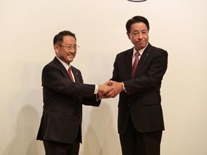 業務提携から資本提携に発展。笑顔で握手を交わす2人の社長