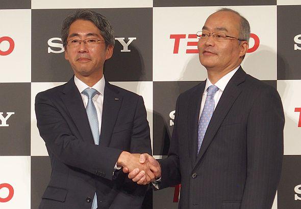東電EP社長の川崎敏寛氏(左)とソニーモバイル社長兼CEOの十時裕樹氏(右)