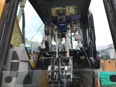 運転席に設置した「DOKA ROBO 3」