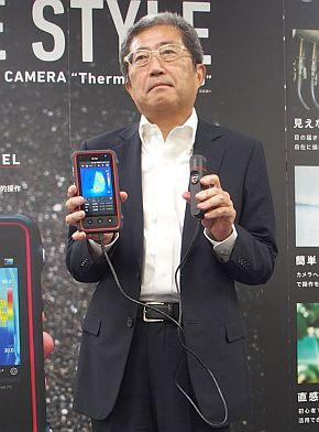 「Thermo FLEX F50」を持つ日本アビオニクスの秋津勝彦氏