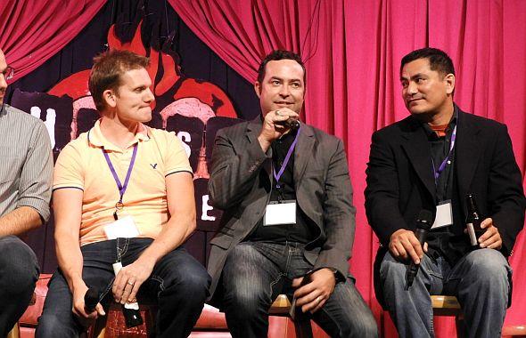 ビリー・リオス氏(右端)とジョナサン・バッツ氏(中央)