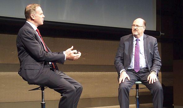 対談方式で講演を行ったサービスマックスのデーブ・ヤーノルド氏(左)とGEのビル・ルー氏(右)