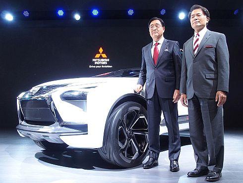 「e-EVOLUTIONコンセプト」と三菱自動車の益子修氏(左)と山下光彦氏(右)