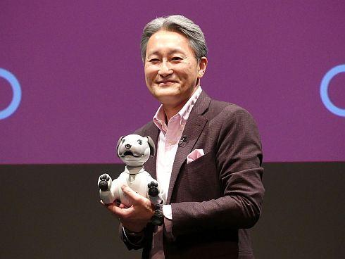 新型「aibo」を持つソニー社長兼CEOの平井一夫氏