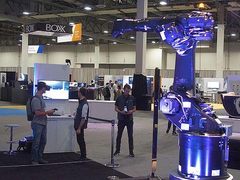 産業ロボットを「デジタルツイン」で遠隔操作するデモ