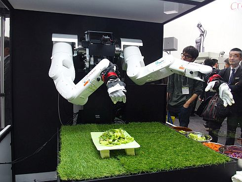 多指ハンドを装着した双腕型ロボットアームを持つ「マルチモーダルAIロボット」
