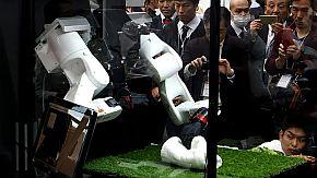 「マルチモーダルAIロボット」がタオルをたたむ様子