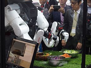 「マルチモーダルAIロボット」によるサラダの盛り付け