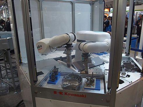 組み立て工程の自動化に対応する「duAro3」のデモ